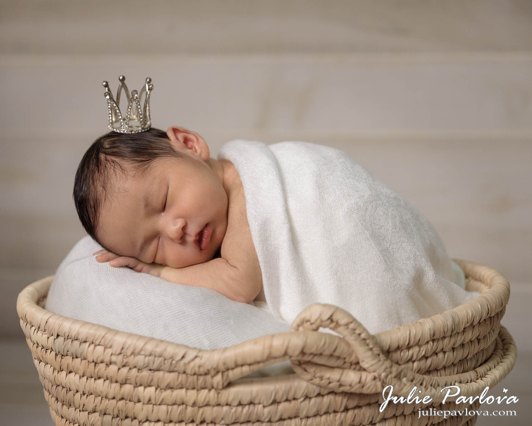 Newborn photography by New York photographer Julie Pavlova. The best New York photographer, family pictures, family photography in Queens, NY, family photo shoot NYC, Astoria
